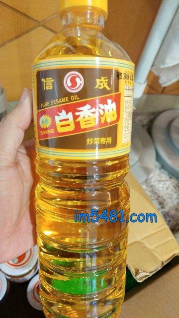 信成白香油 為白芝麻冷壓油,一般炒菜用油,煎、煮、炒、炸皆適宜
