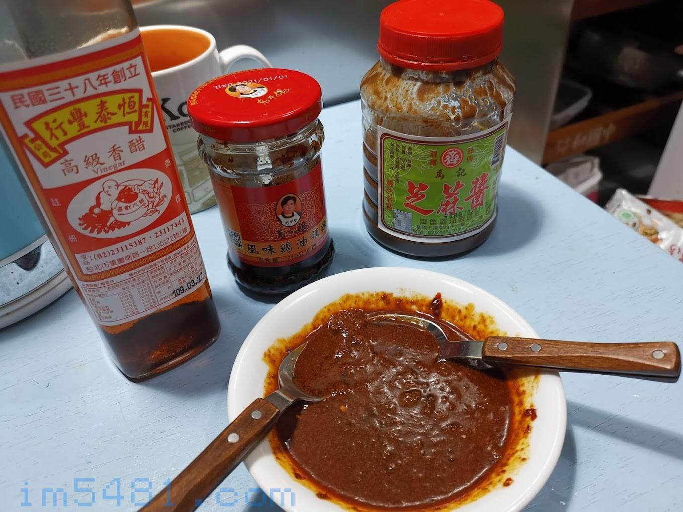 馬記芝麻醬+老乾媽辣油+香醋+醬油,調出的美味沾醬